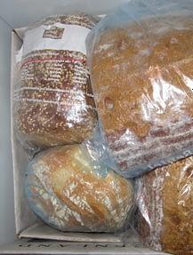на долго хлеб лучше замораживать
