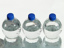 воду в пластиковых бутылках лучше хранить