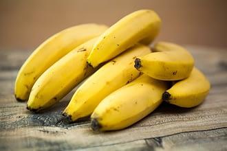 бананы связка на столе