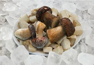 замороженные грибы можно долго хранить в морозилке