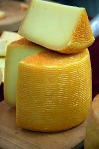 убираем сыр в холодильник